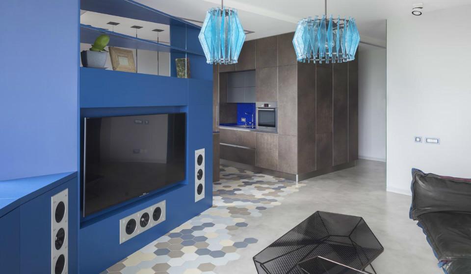 Квартира необычной планировки: дизайн в синих тонах