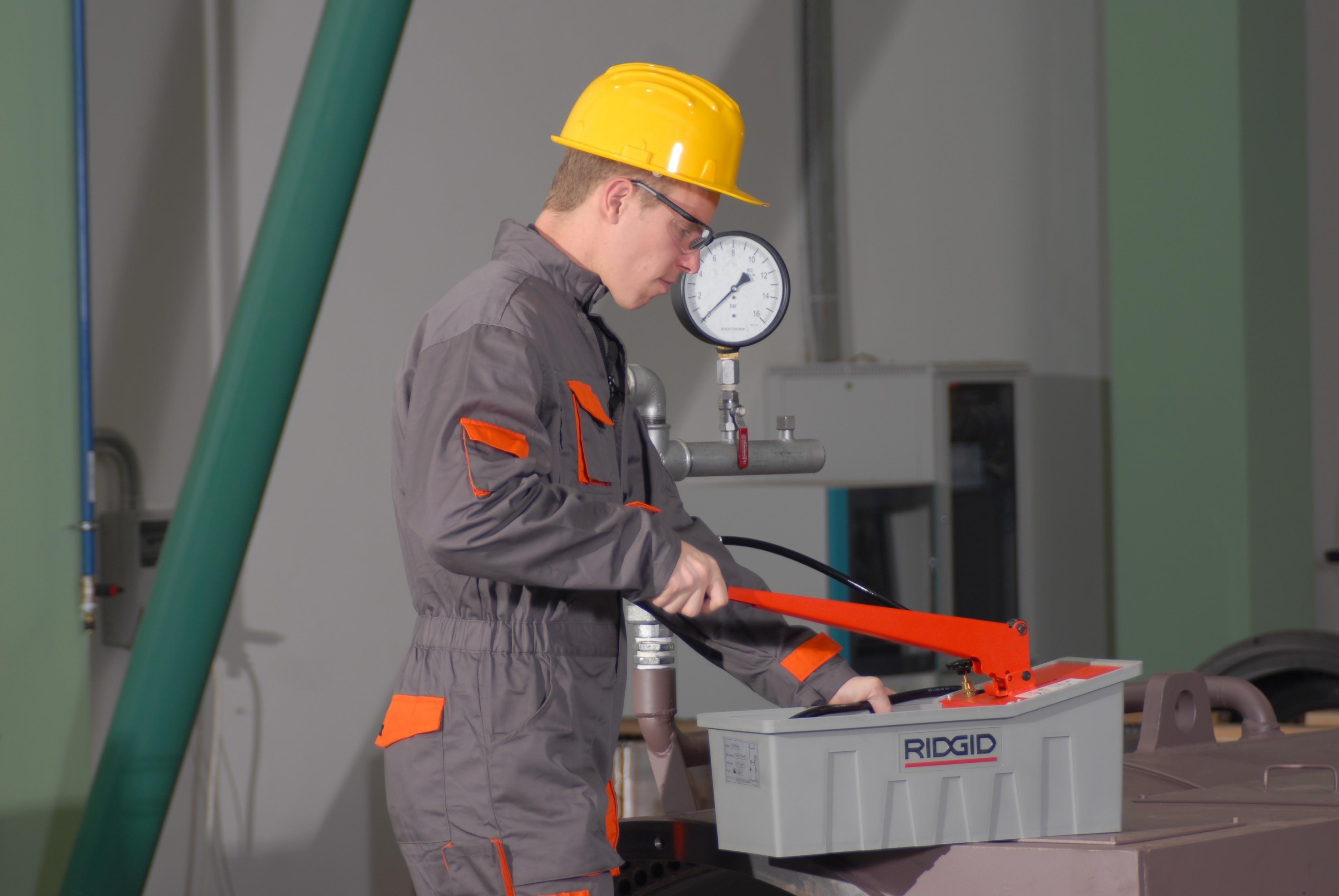Как правильно проводить опрессовку систем отопления и водоснабжения в 8 этапов