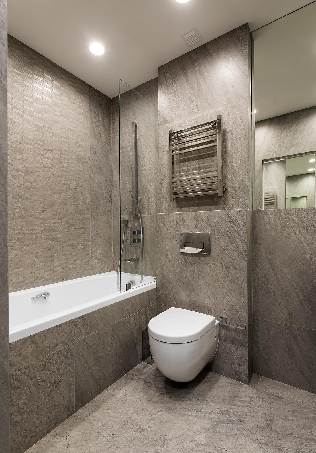 В отличие от больших помещений, ванная комната оформлена  в одном цвете, оптически расширившем её пространство. Входную дверь с обеих сторон сделали зеркальной