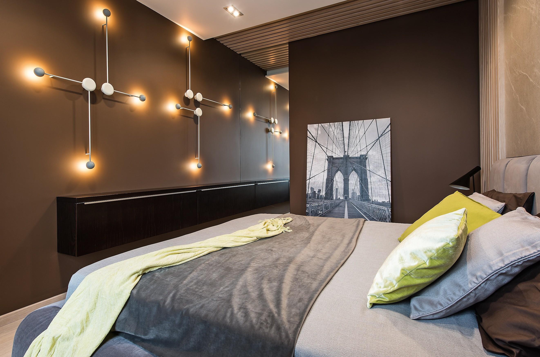 Часть фасада шкафа в спальне оформили зеркалом, иполучился ещё один «вход» в иллюзорное пространство: игра отражений позволила оптически увеличить практически все помещения квартиры, но...