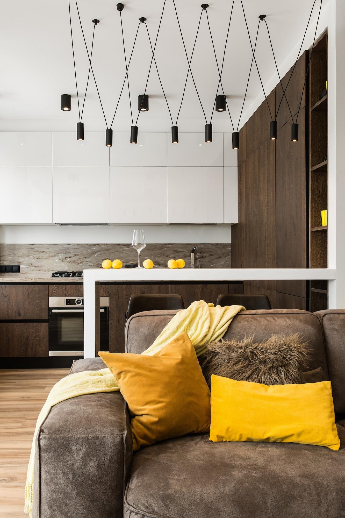 Двуцветный кухонный гарнитур оптимально соответствует дизайнерской задаче: оптически расширить пространство и«приподнять» потолок, придать интерьеру глубину. Тонкий силуэт барной стойки...