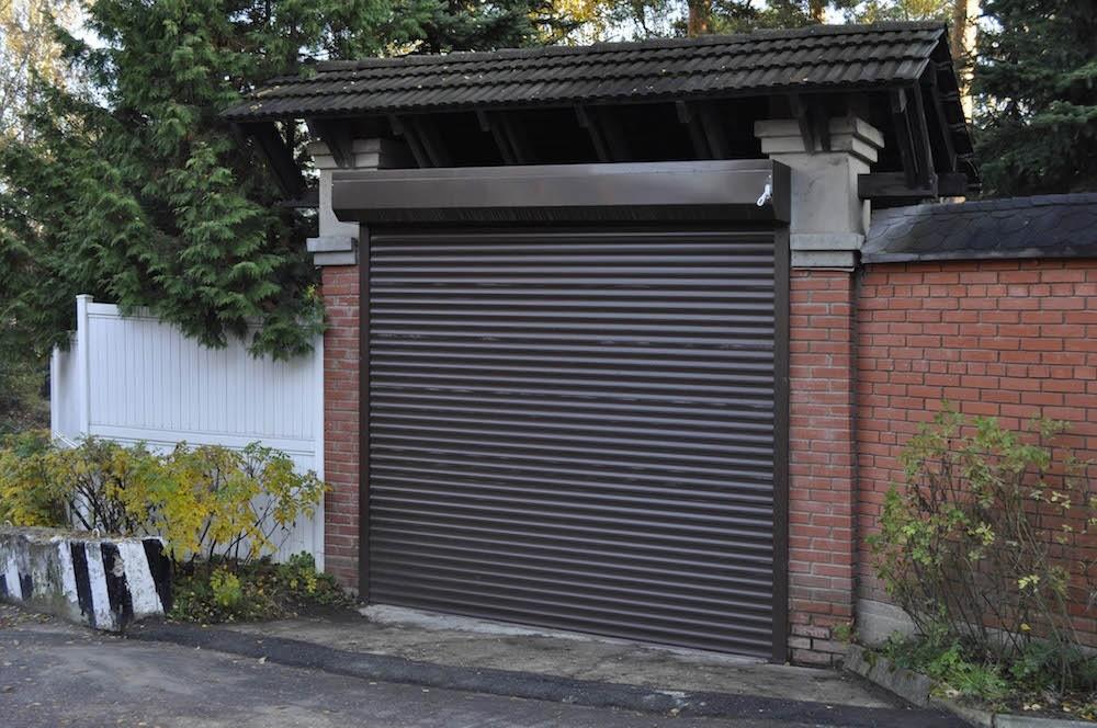 Роллетная конструкция в усиленном варианте может служить даже въездными воротами