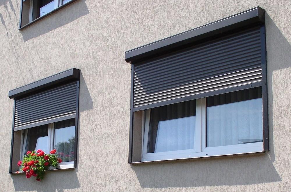 Рольставни на окнах: сравниваем плюсы и минусы