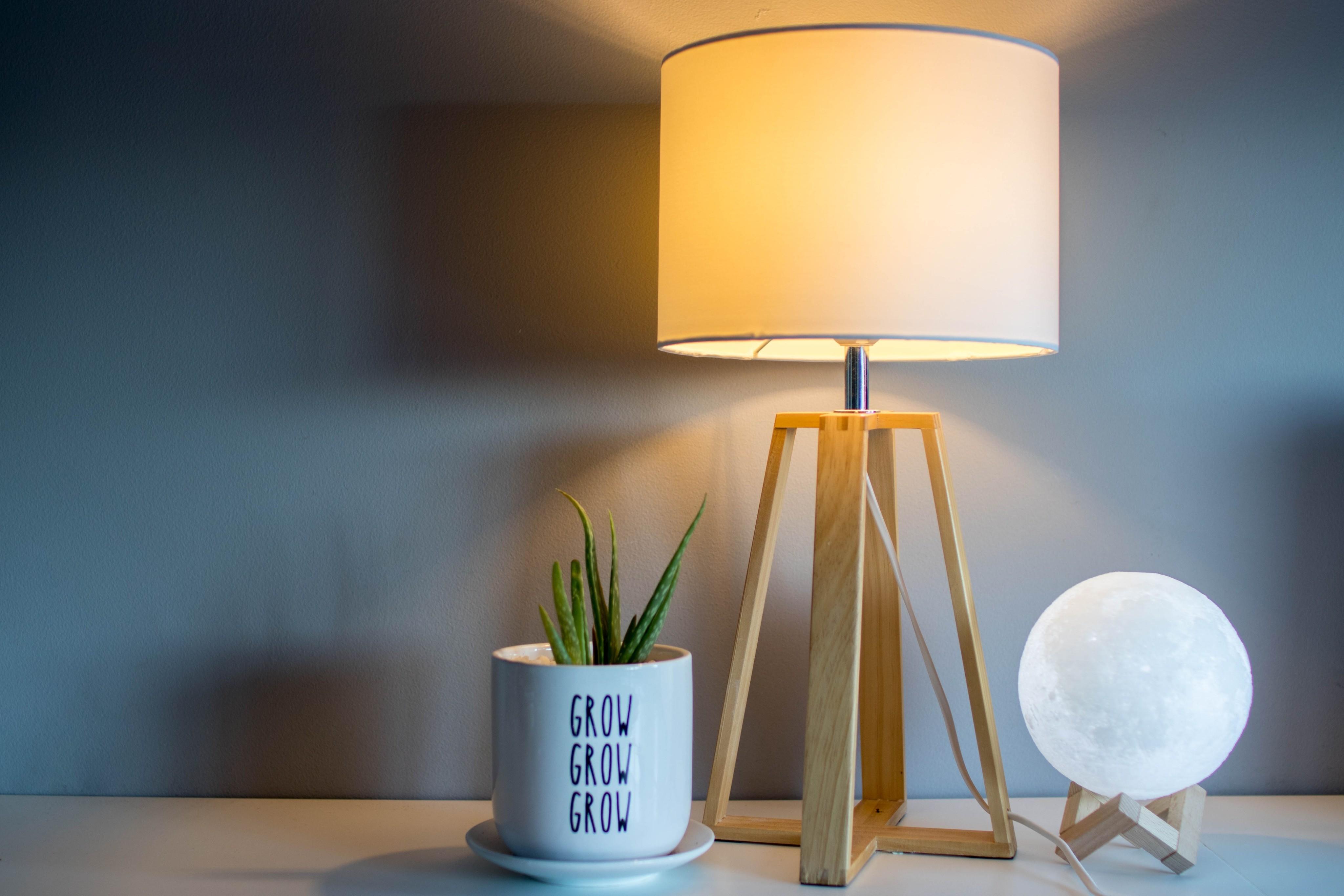Выбираем настольную лампу для темного времени года