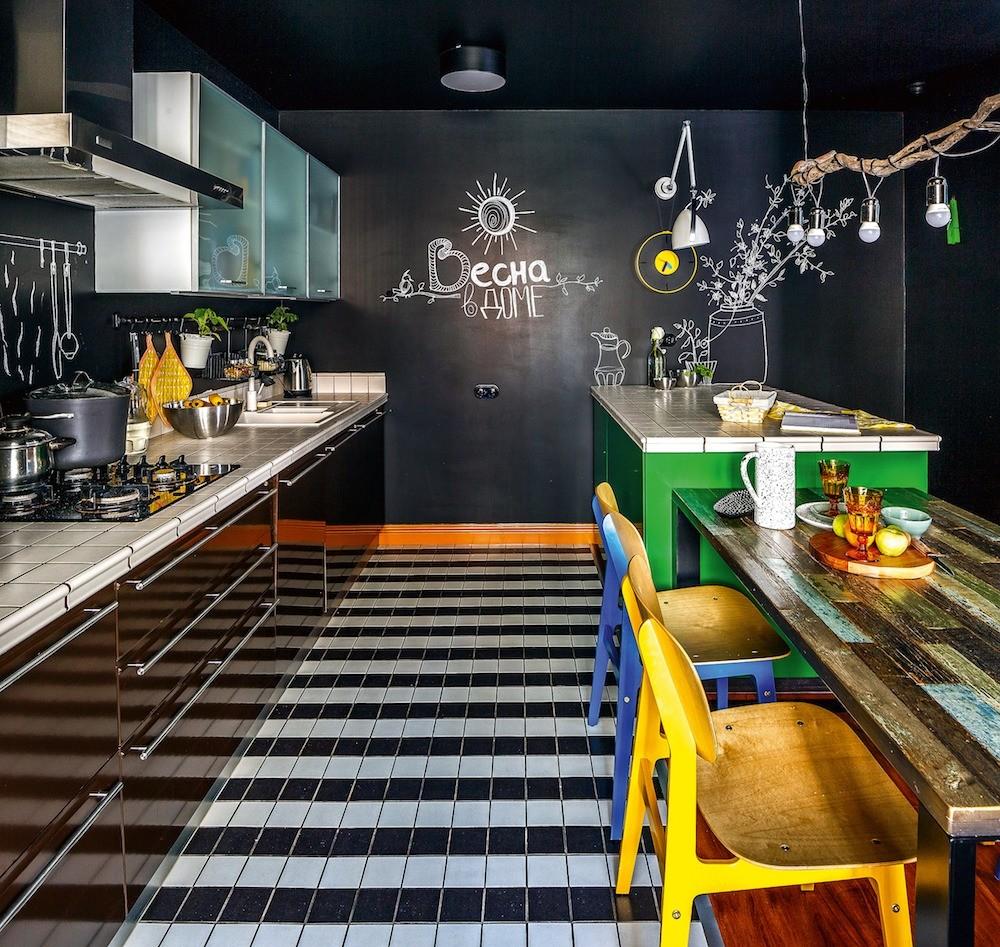 Каждый цветовой акцент смотрится выразительно, так как в отделке кухни доминируют ахроматичные плоскости, составляющие элегантный фон. Динамику вносят ритмичные монохромные полосы из кер...