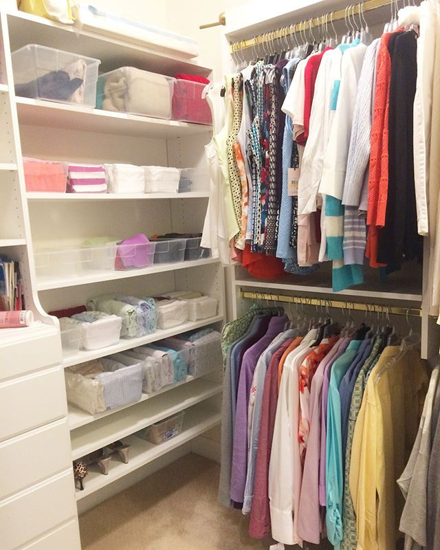 Хорошую одежду не обязательно выбрасывать. Ее можно подарить, но этот момент также требует большой осознанности.