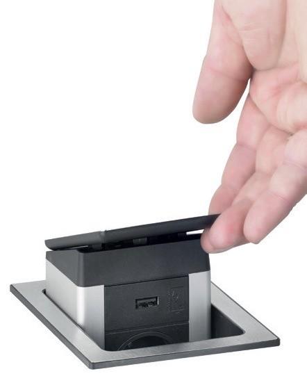 Подцепите крышку и вытяните устройство до упора, так, чтобы оно было зафиксировано