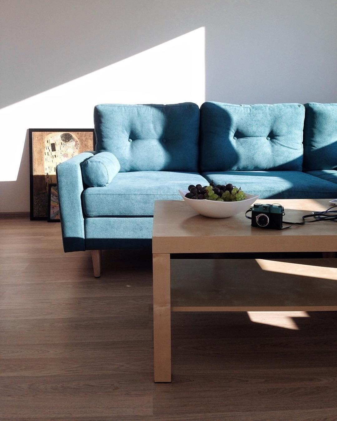 Очистите диван от пыли