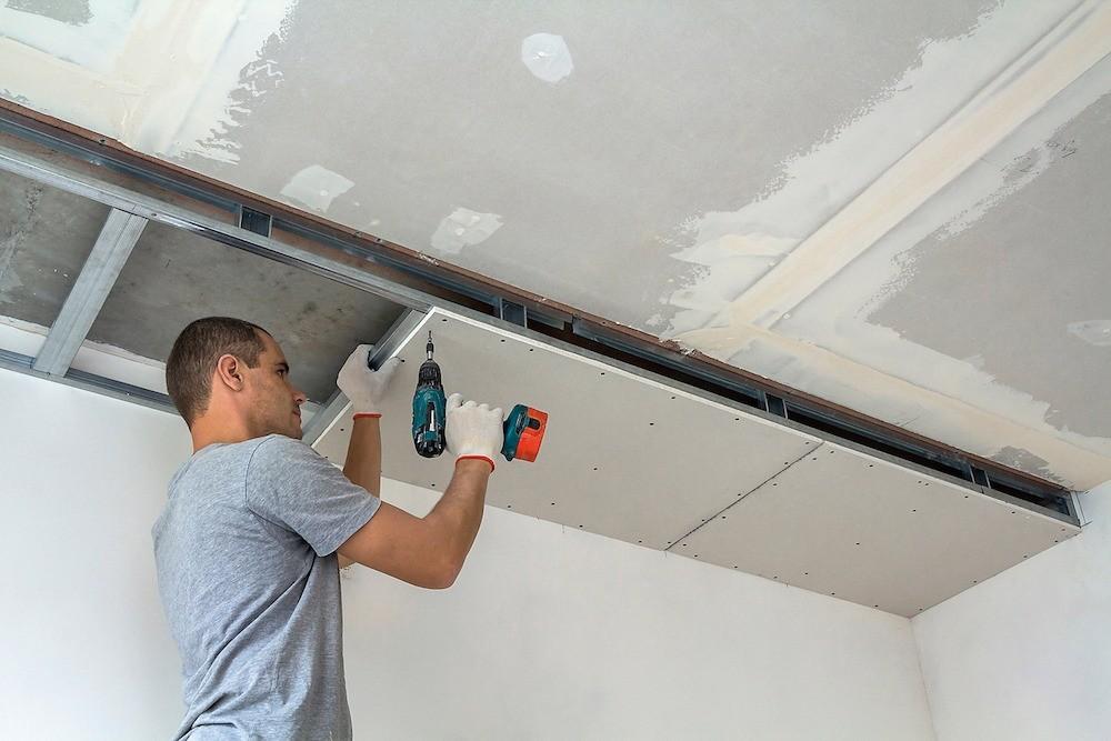 Гипсокартонная потолочная конструкция позволяет не только ликвидировать значительные перепады уровня плит перекрытия, но также спрятать провода, вентиляционные каналы исмонти-ровать зона...