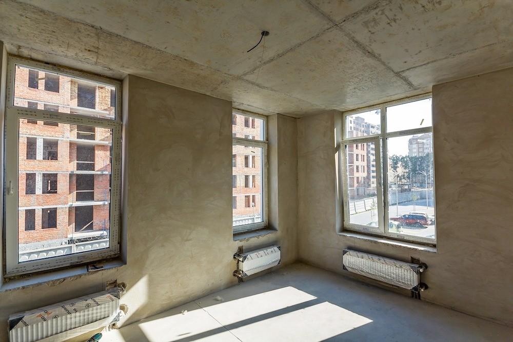 Если квартира сдана «вбетоне», потребуются штукатурно-шпаклёвочные работы, которые обойдутся в 400–600 руб./м2.