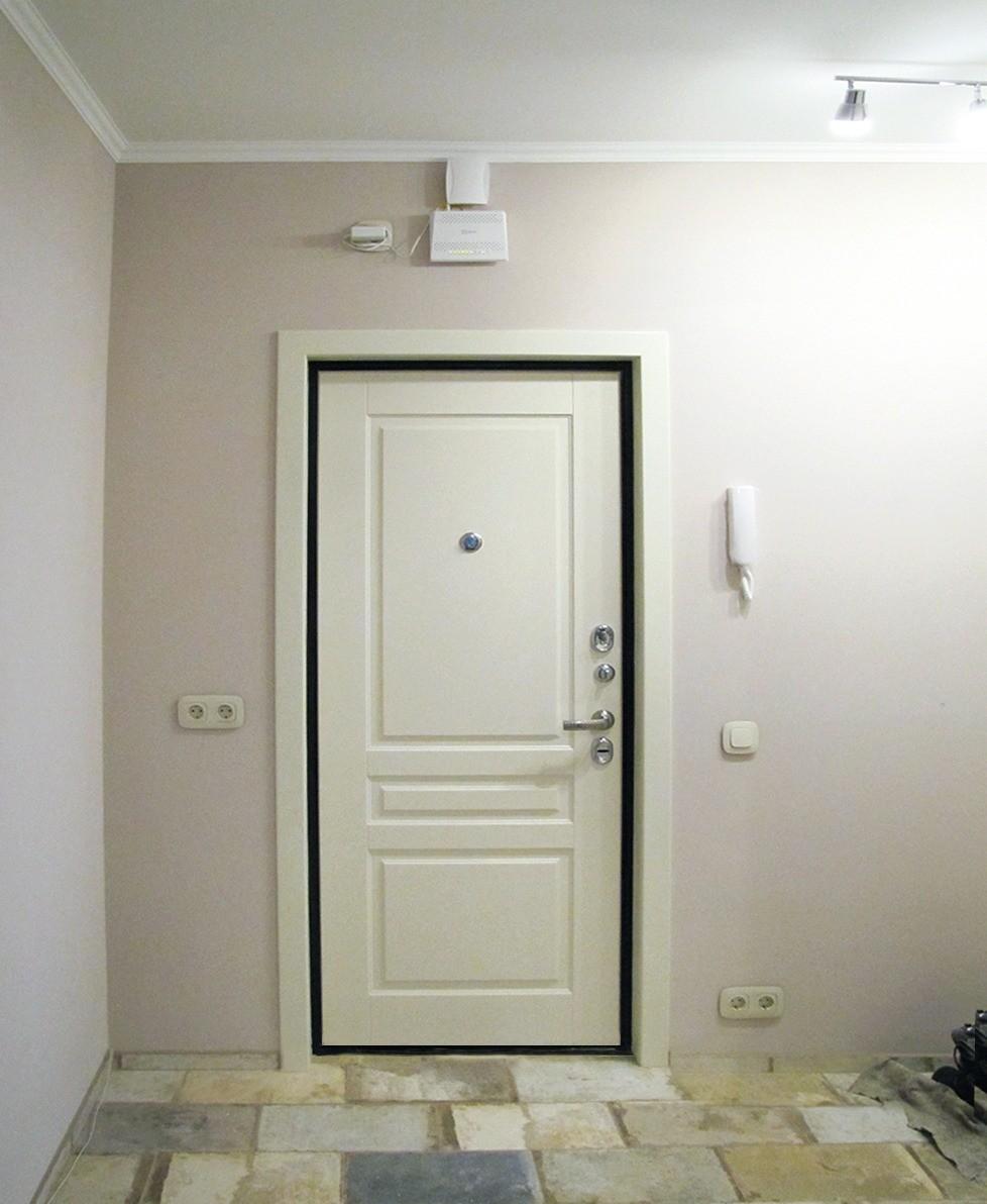 Проём пришлось расширить, так как старая дверь была установлена бескоробочным способом.