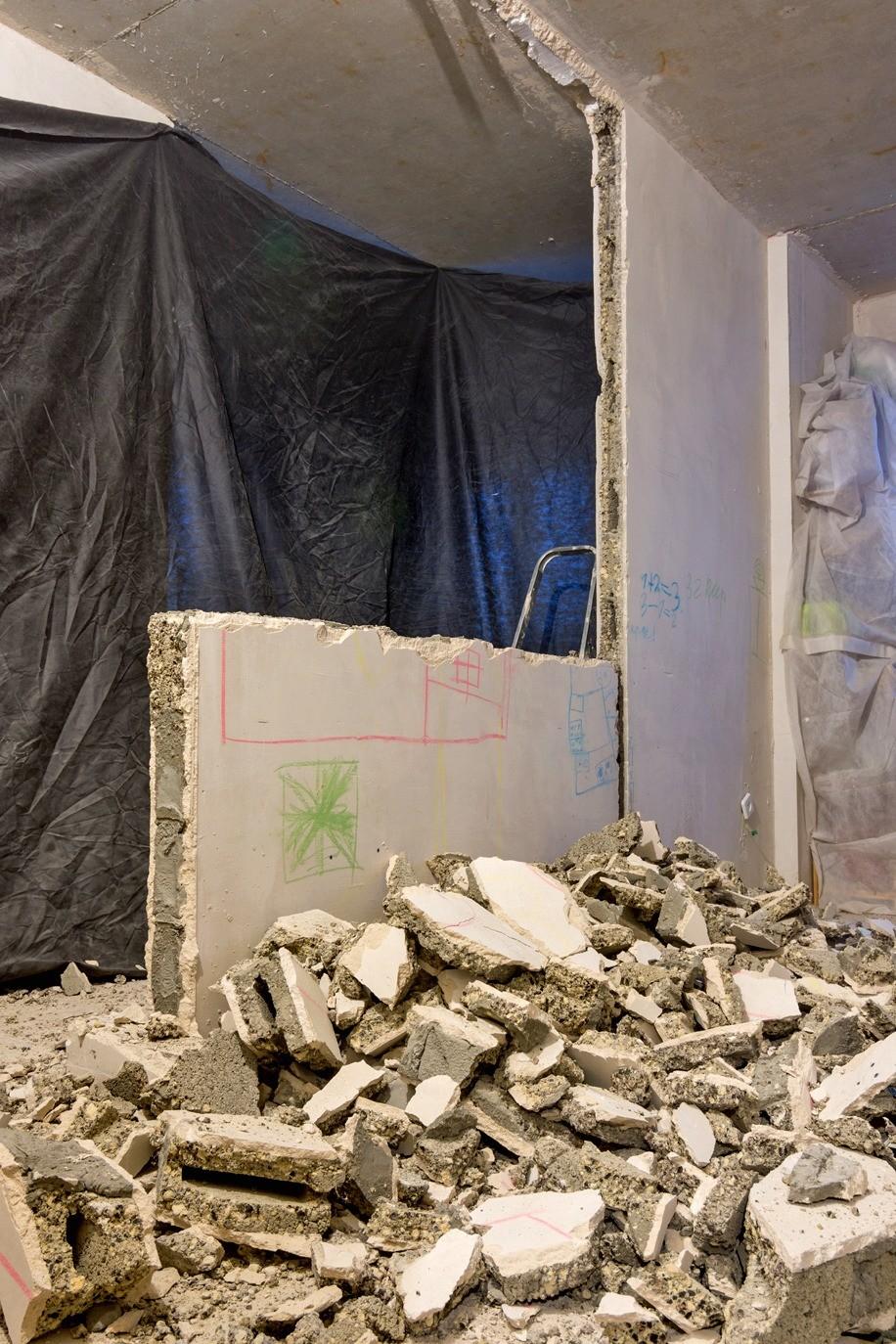 Утилизация крупногабаритного мусора должна производиться засчёт физического лица. Выброс строительных отходов в обычные баки запрещён. Заранее закажите контейнер вспециализированной фи...