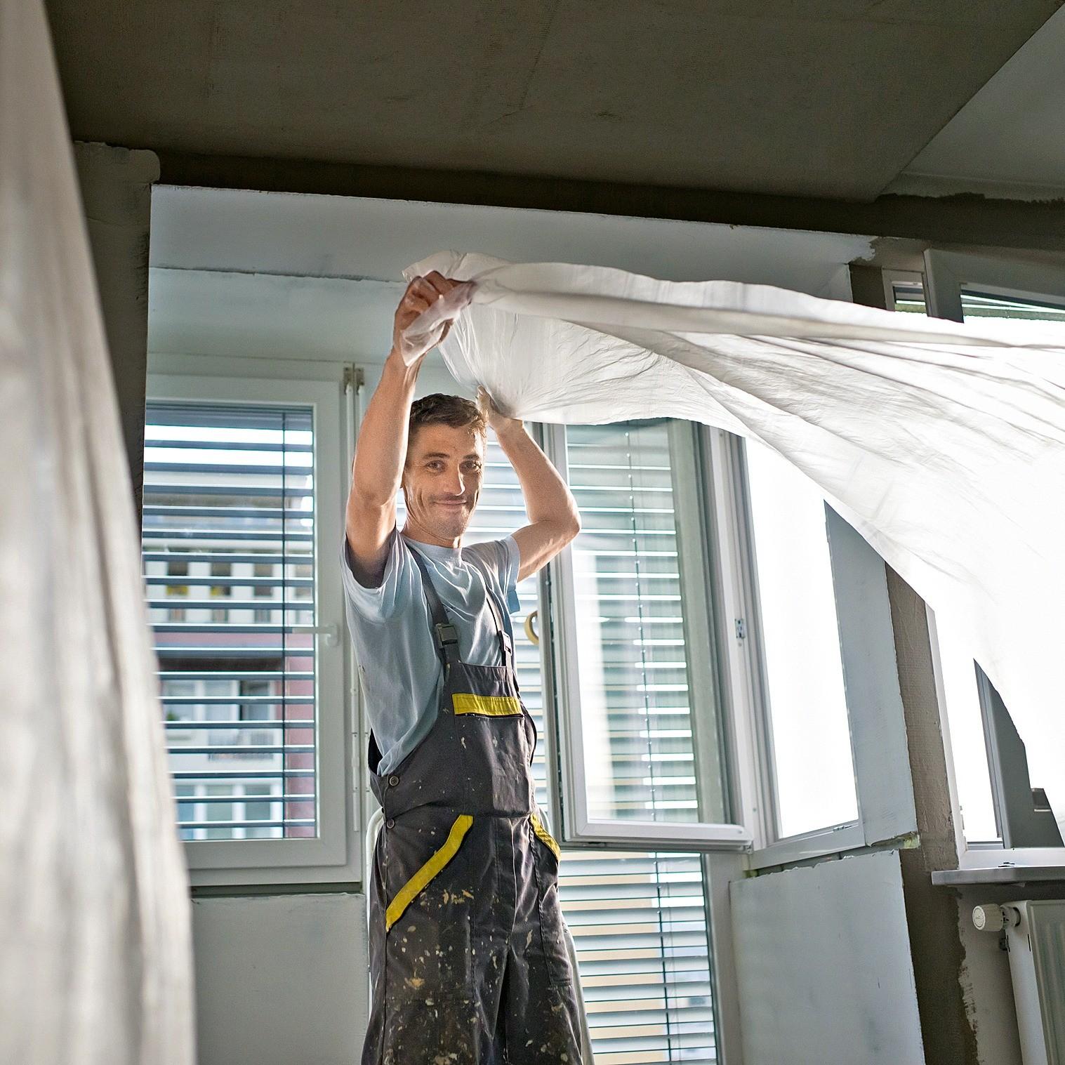 Обои клеят при температуре выше 10 °С ивлажности небольше 65 %, при закрытых окнах и дверях, чтобы избежать сквозняков. Клеить полотна начинают от окна.