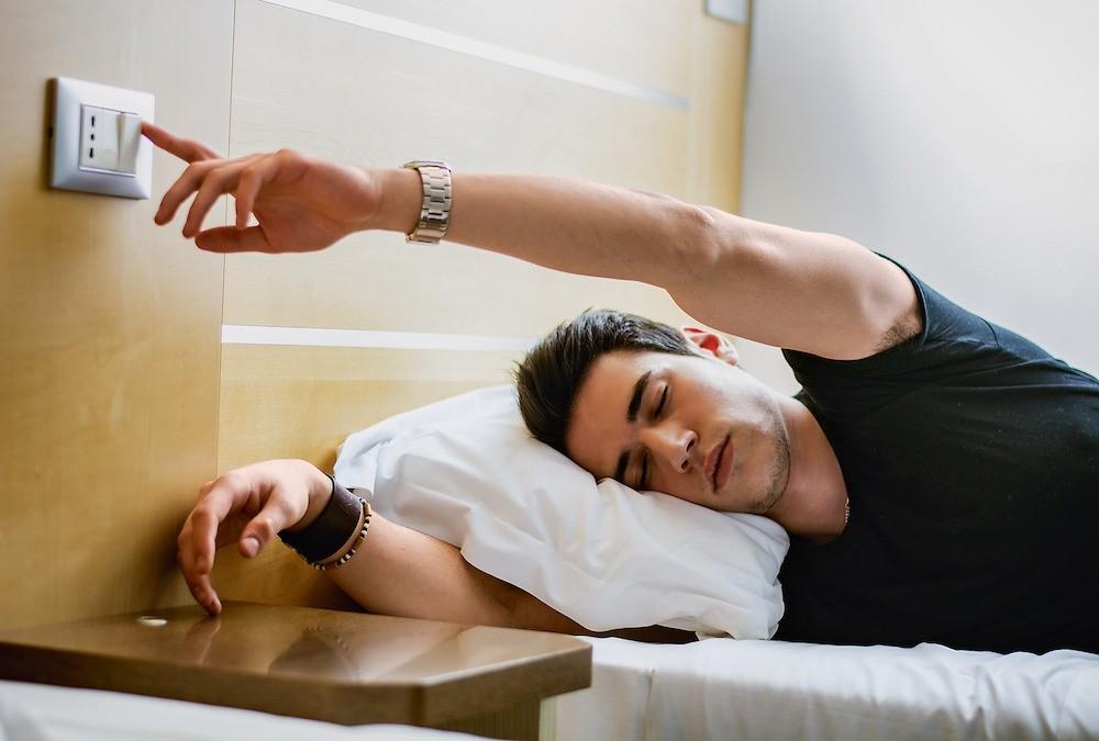 Выключатель-дублёр поможет погасить общее освещение в спальне, не вставая с кровати. Незабудьте предусмотреть место для диммера.