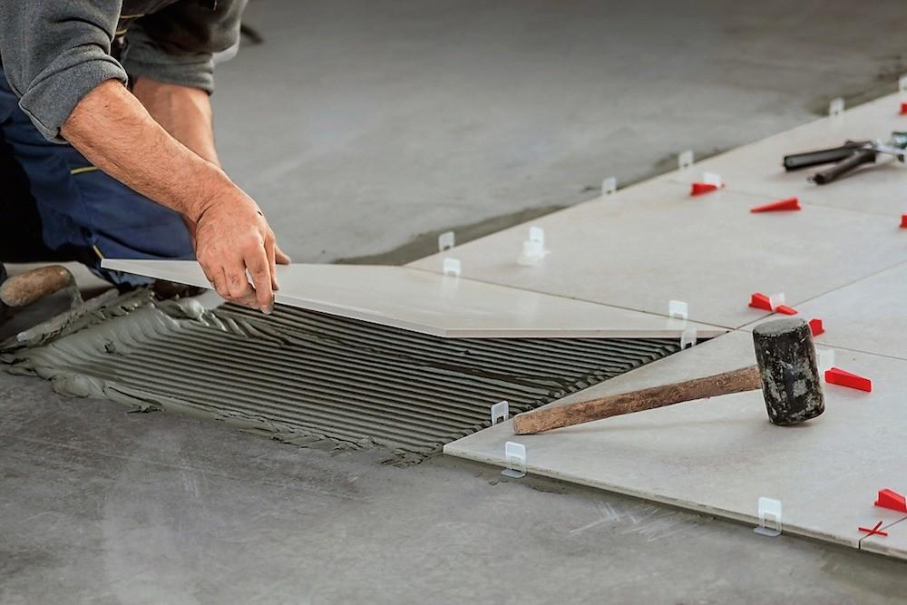 Не стоит экономить на качестве смесей для укладки плитки и затирки швов.