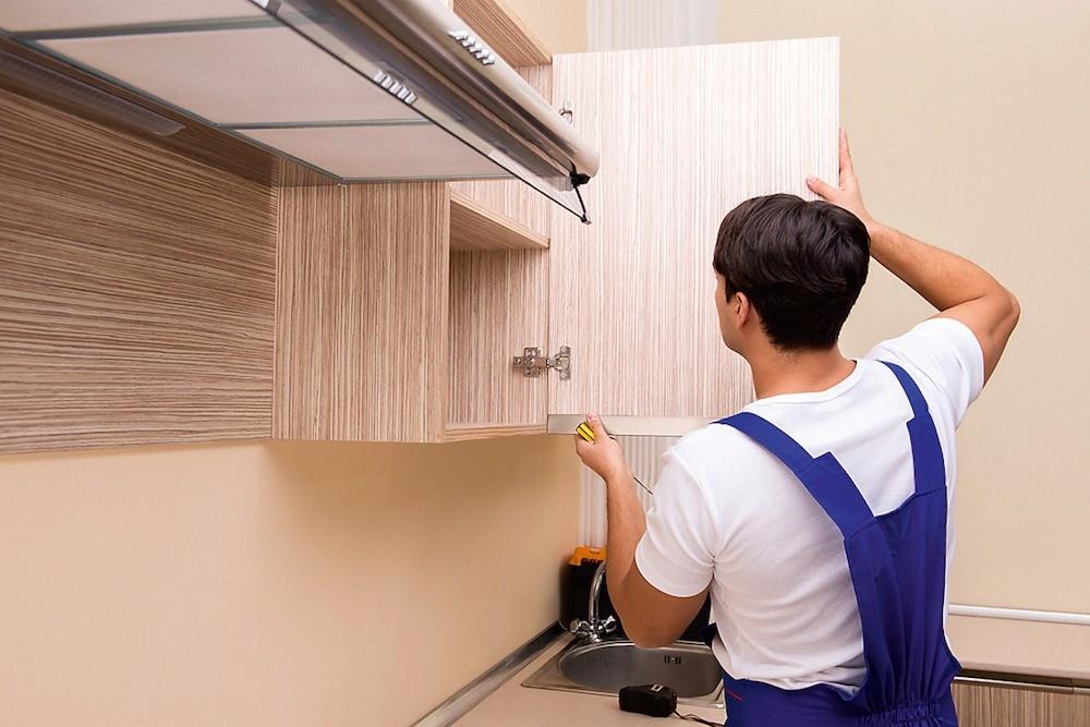 Стена, где будут висеть кухонные модули, должна быть обязательно  выровнена.