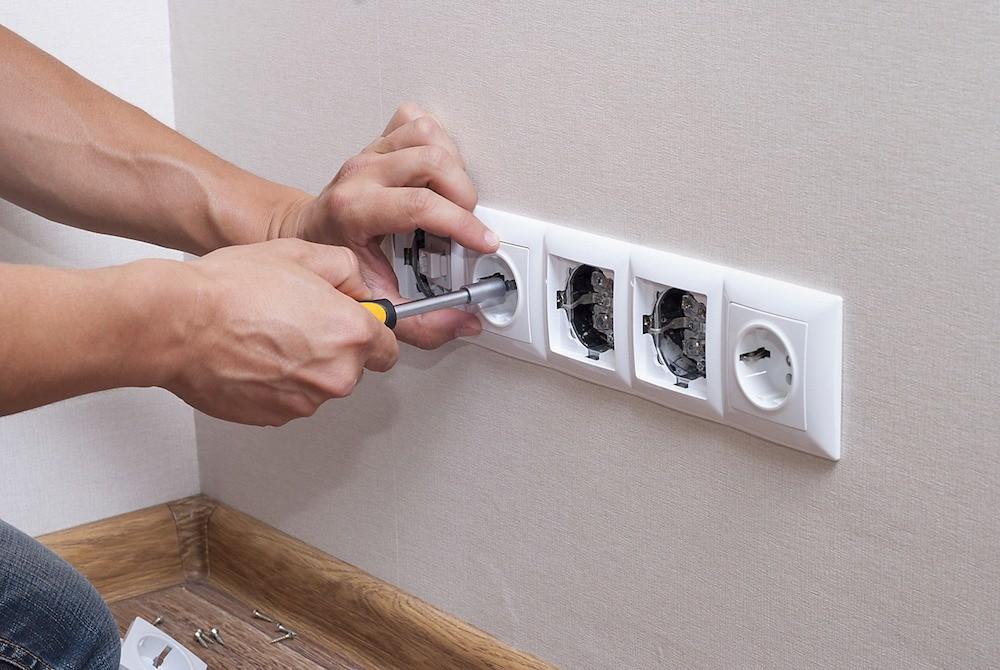 Блок электрических розеток уместен в любом помещении, учитывая большое количество приборов внынешних интерьерах.