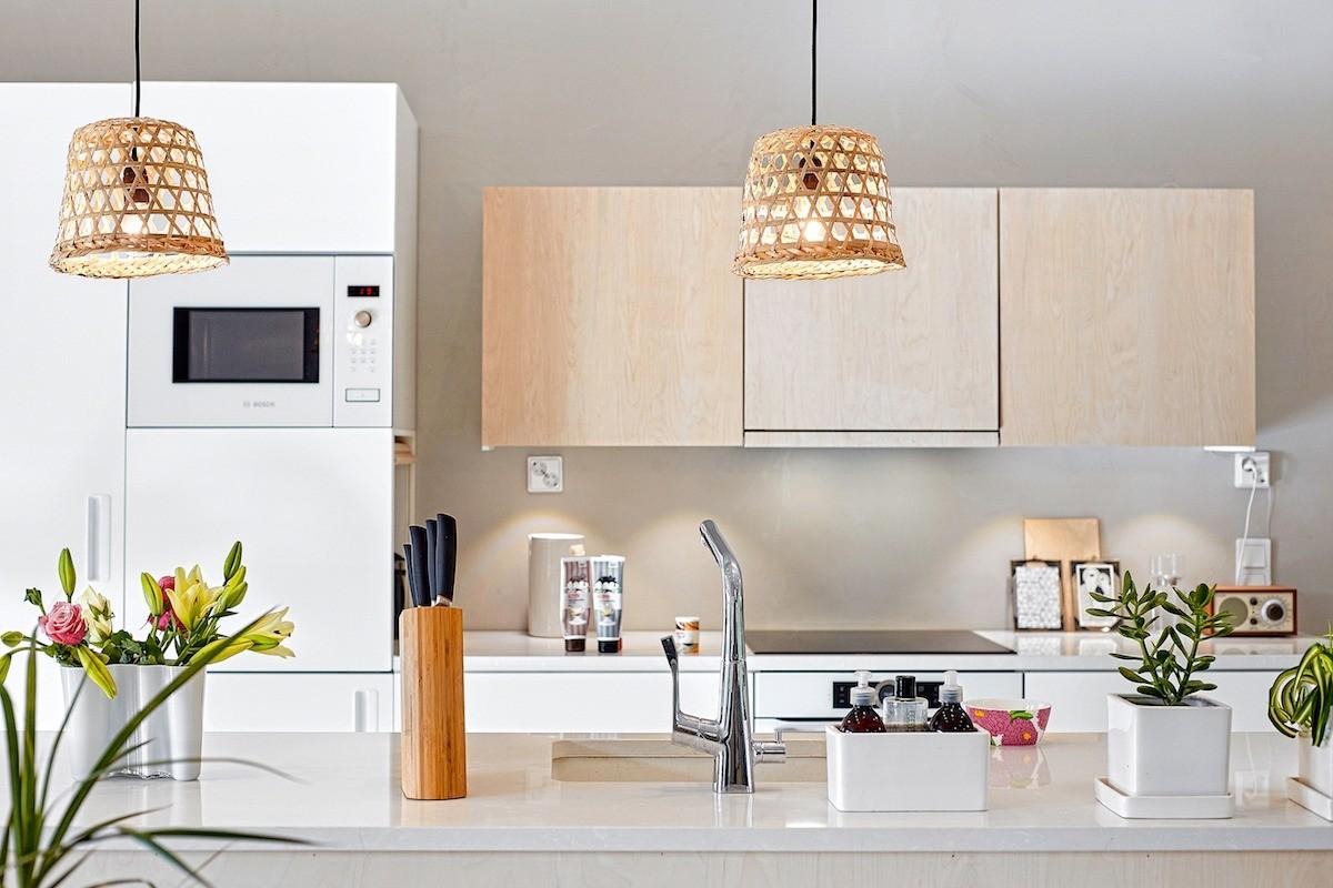 Каждую функциональную зону —кухонный остров, обеденную группу, гостиную— акцентируют подвесные светильники