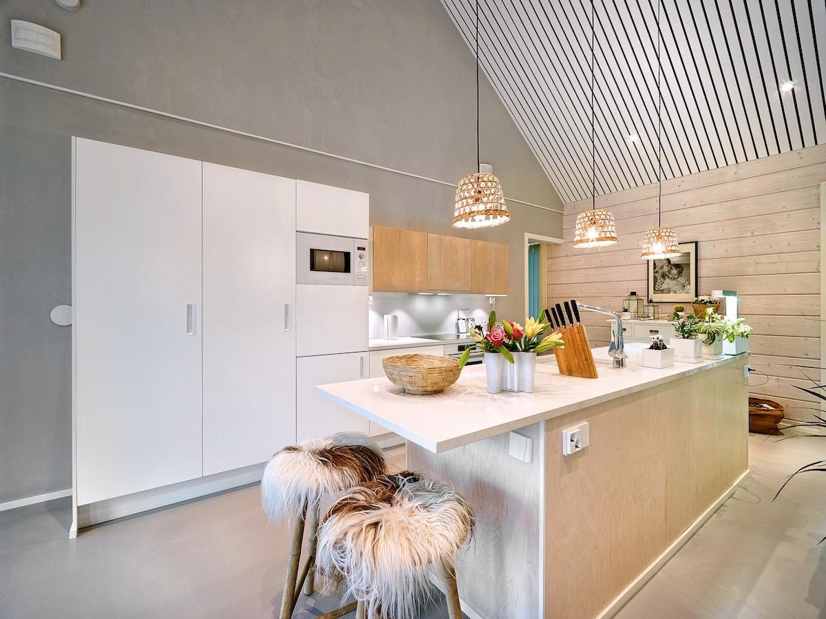 Чтобы повысить практичность кухонного острова, в нём предусмотрели розетки для бытовой техники