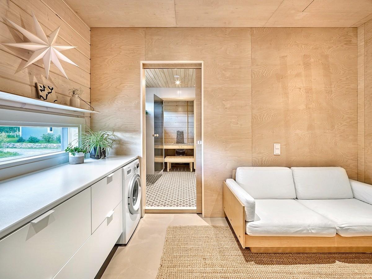 Материалом отделки стен вмногофункциональной хозяйственной комнате стала декоративная фанера — эстетически нейтральное и одновременно экологически чистое покрытие