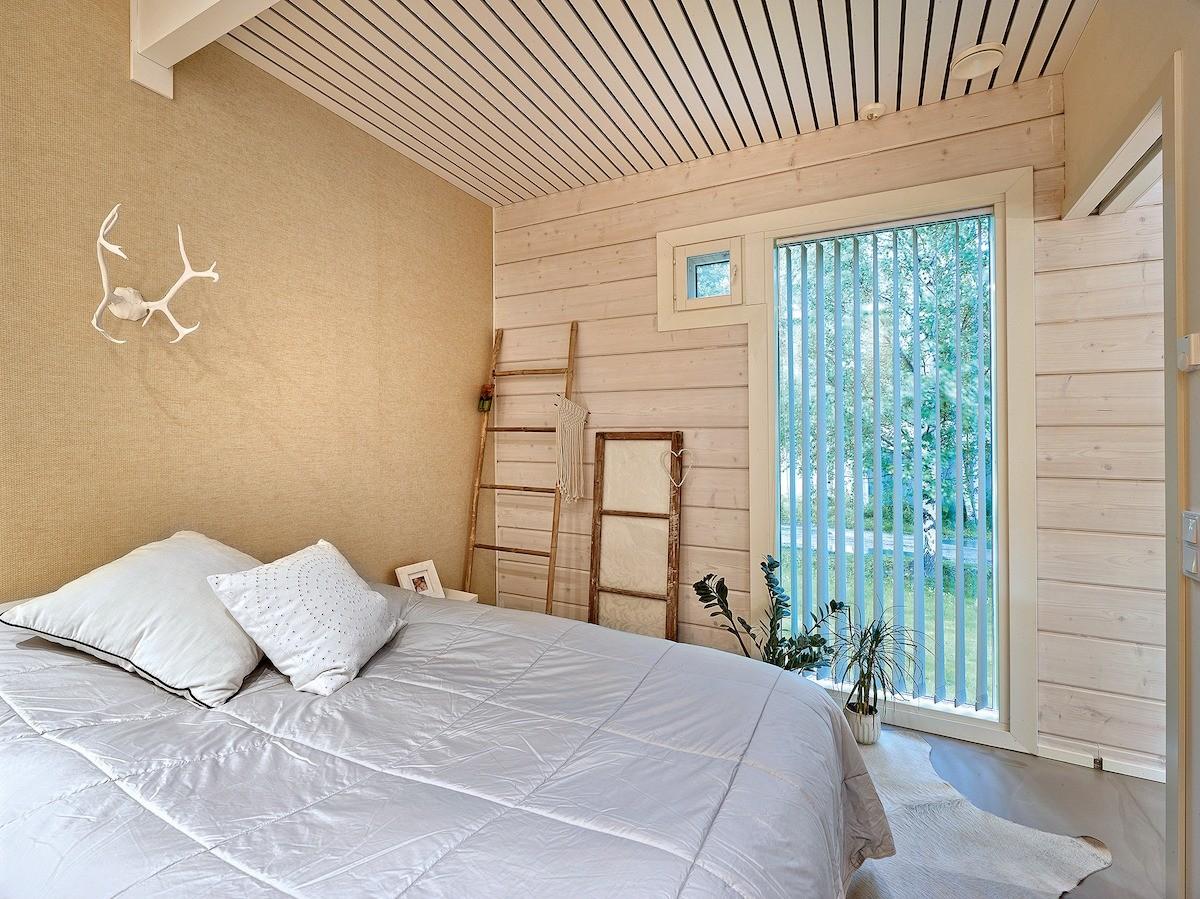 В родительской спальне нет гардеробной или платяного шкафа, система хранения вынесена в недалеко расположенную хозяйственную комнату