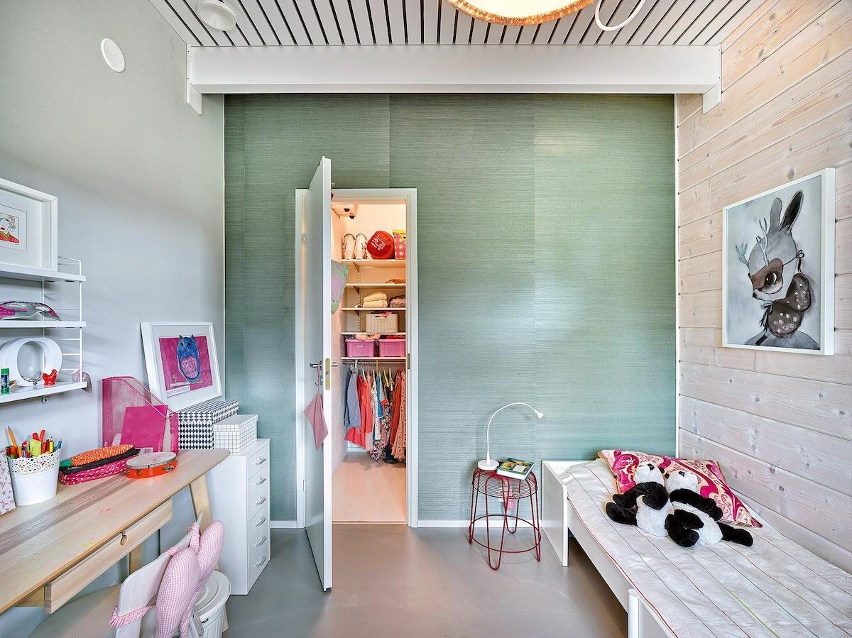 Абсолютно симметричные детские комнаты незначительно различаются оформлением и меблировкой