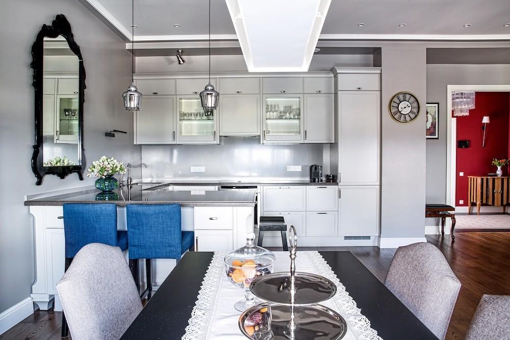 Кухонная композиция оформлена в максимально нейтральном ключе, безпривлекающих внимание контрастов, дабы эта часть интерьера была удобна илишь служила фоном для зоны отдыха и общения