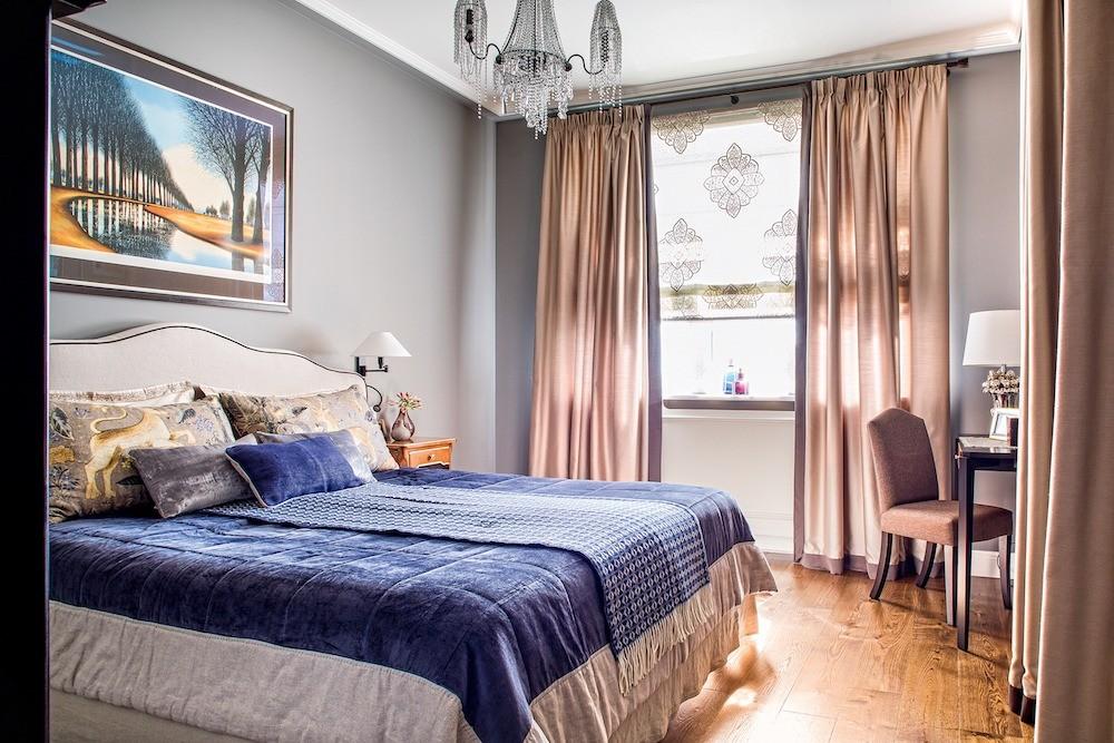 В спальне, как и в кабинете, нет встроенных в потолки светильников, номного источников локального освещения помимо люстр: бра, настольная лампа, торшер. Доминирует спокойная и прохладная...