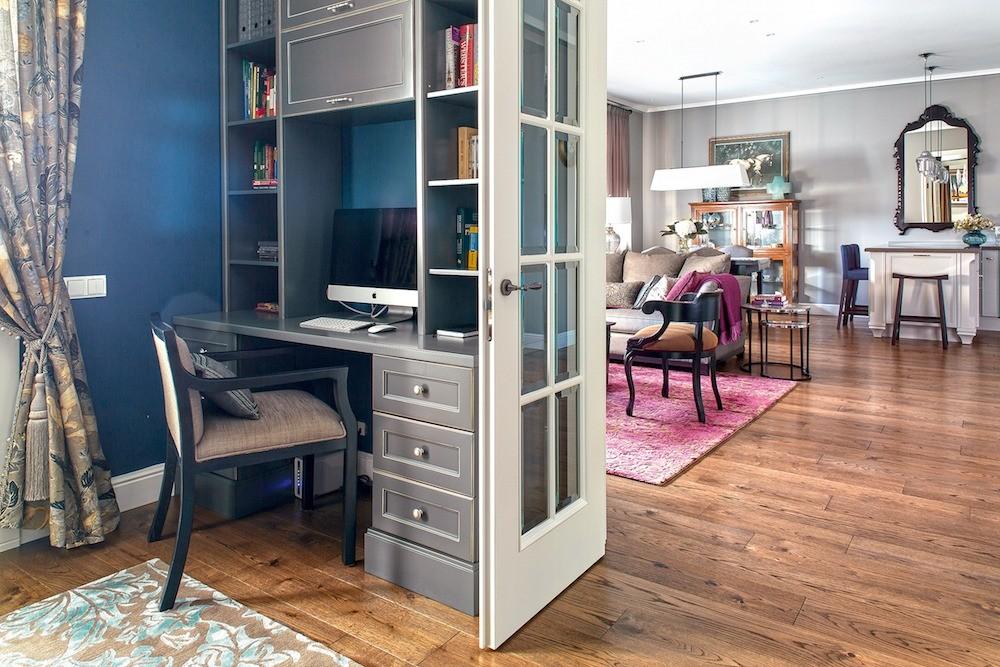 Стены  кабинета окрашены вглубокий синий, в соседних же помещениях они светло-серые, что создаёт эмоциональное разнообразие. В обеденной зоне, строго на оси симметрии анфилады— большое...