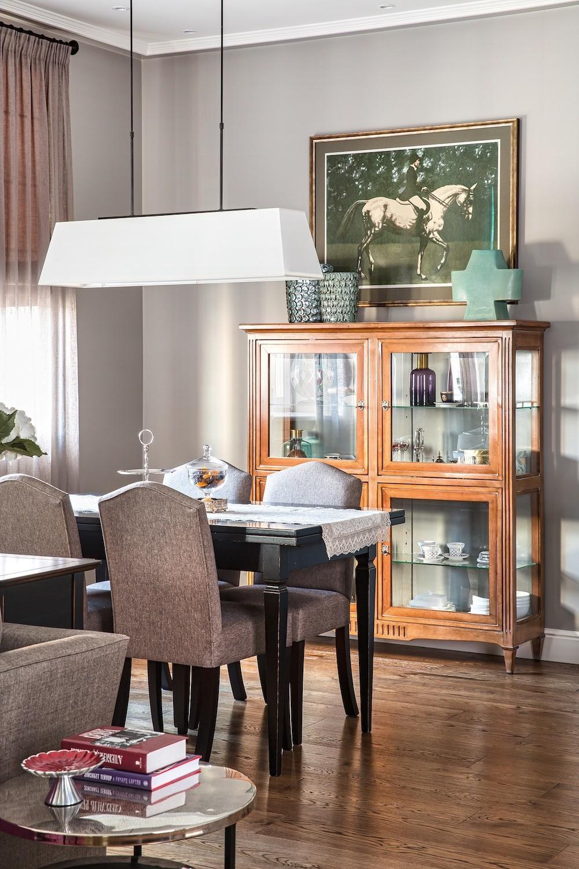 В каждой зоне интерьера тщательно подобраны цвета и оттенки деталей ансамбля: так, в зоне столовой обивка стульев и соседствующей мягкой мебели перекликается с плотной занавесью ипаспарт...