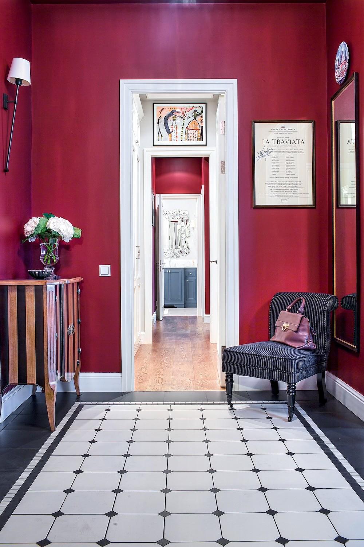 Энергичный цвет стен вприхожей изоне перед ванной комнатой элегантно сочетается сахроматической гаммой гардеробной и напольным покрытием вовходнойзоне. При этом чередование контра...