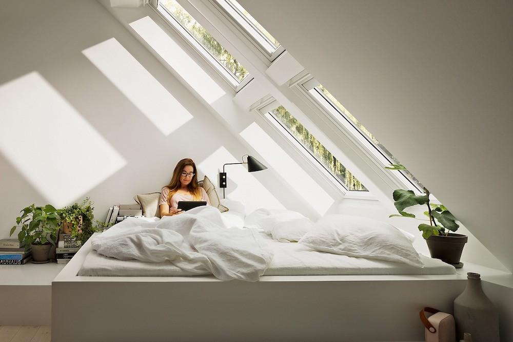 Мансардные окна обеспечивают отличную инсоляцию и украшают интерьер комнат под крышей.