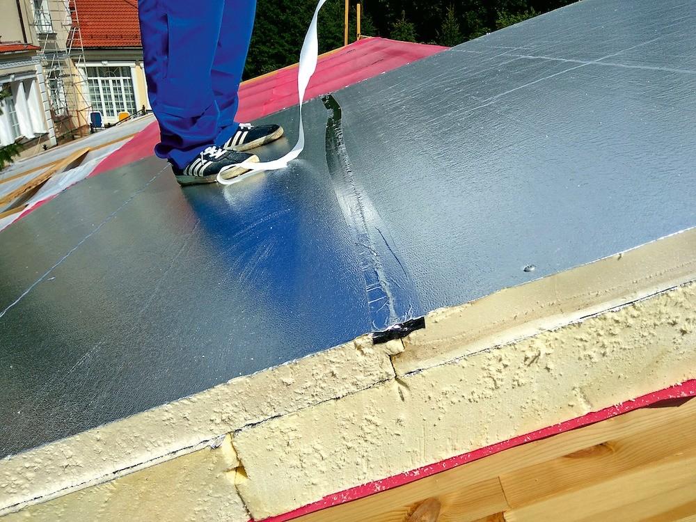 PIR-плиты фольгированы с двух сторон: нижний слой играет роль пароизоляции, а верхний — ветровлагозащитного материала. Стыки плит герметизируют термостойкой фольгированной лентой.