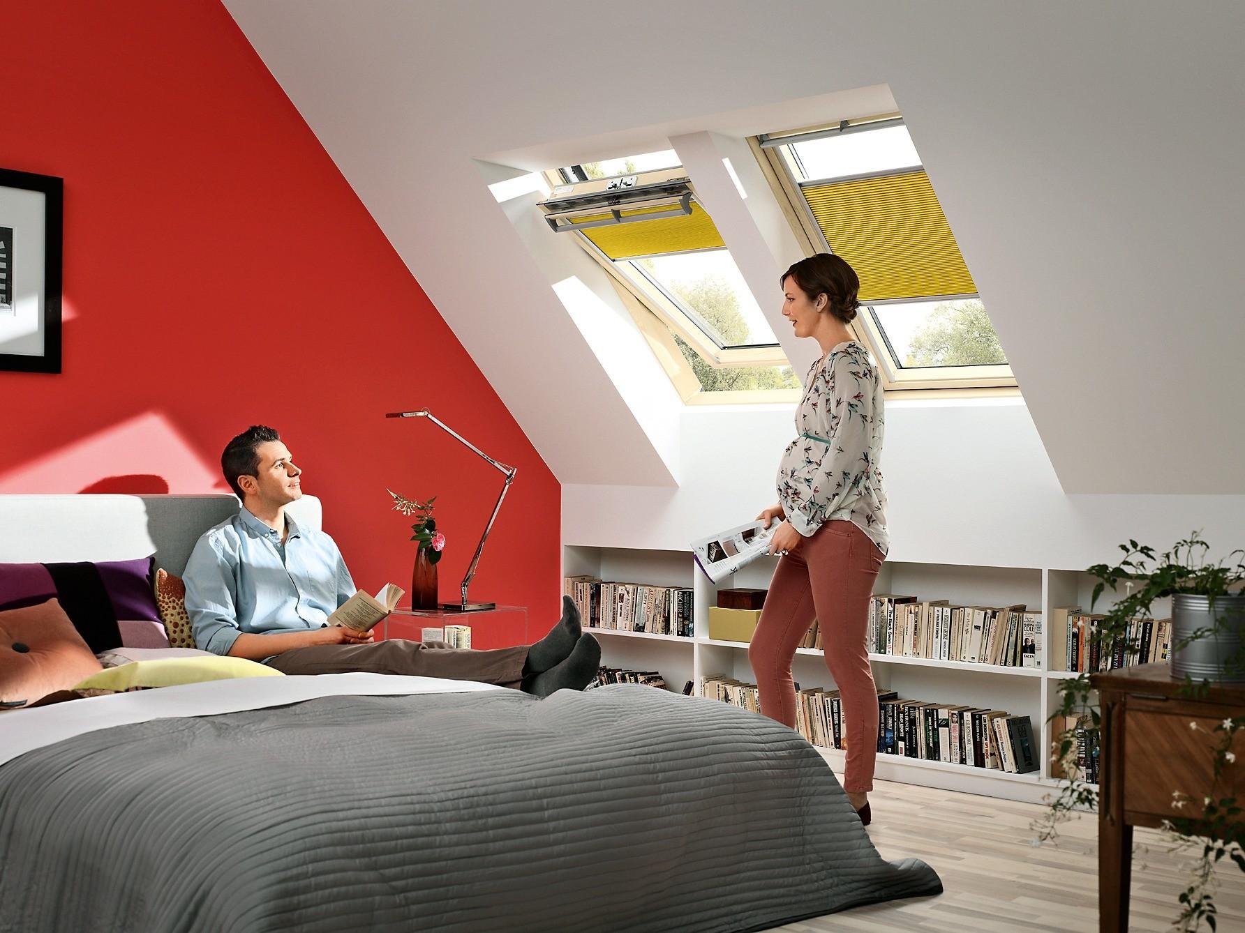 Мансардные окна можно оснастить шторами, жалюзи или маркизетами. Эти солнцезащитные аксессуары уменьшат нагрев комнат вжаркие дни.