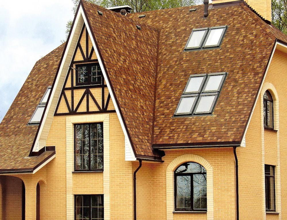 Чтобы избежать потерь жилой площади вмансарде, иногда устраивают радиусную крышу, но проще увеличить наклон скатов, к тому же это повысит устойчивость к снеговым нагрузкам.