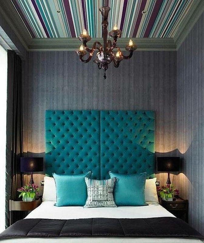 Потолок с геометрическим принтом- полосками поможет визуально вытянуть форму комнаты