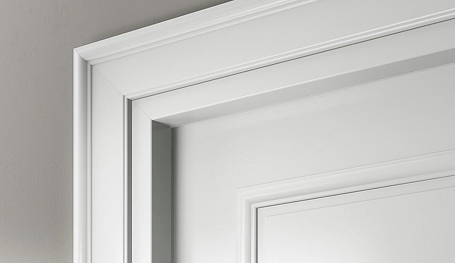 Важный элемент дверного блока— наличники. Не так давно в моде были полукруглые модели, сегодня— плоские и фасонные. С коробом наличники стыкуются по принципу паз-гребень