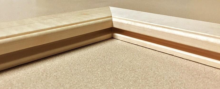 При сборке рамочных элементов двери из массива используют соединения под 45° и под 90°. Они одинаково прочны, выбор зависит лишь от дизайна полотна