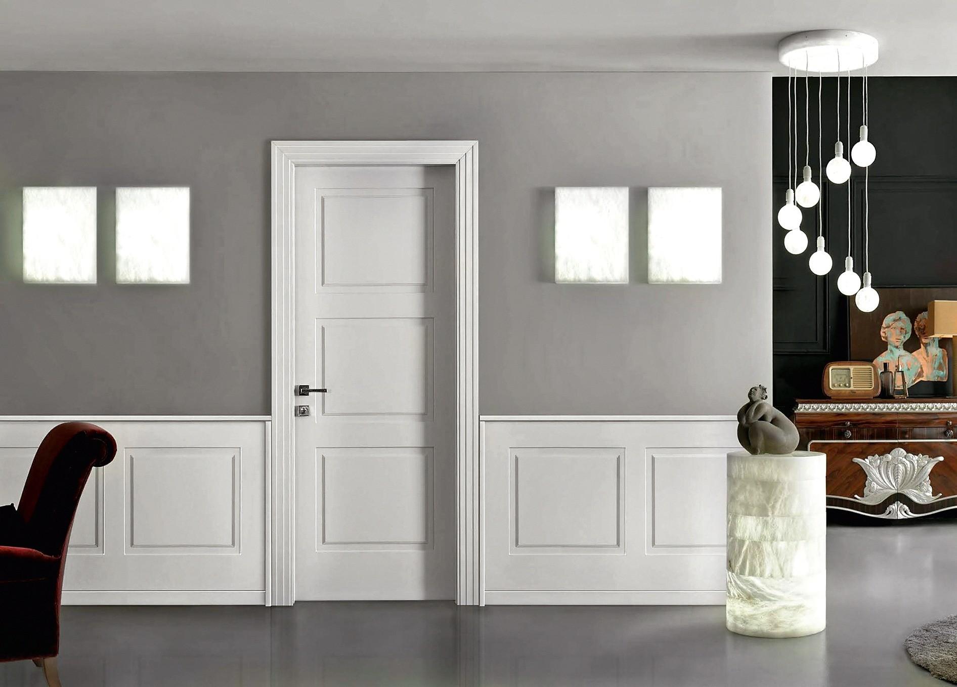 Дверь и стеновые панели, выполненные в едином стиле,— элегантное решение для классического интерьера