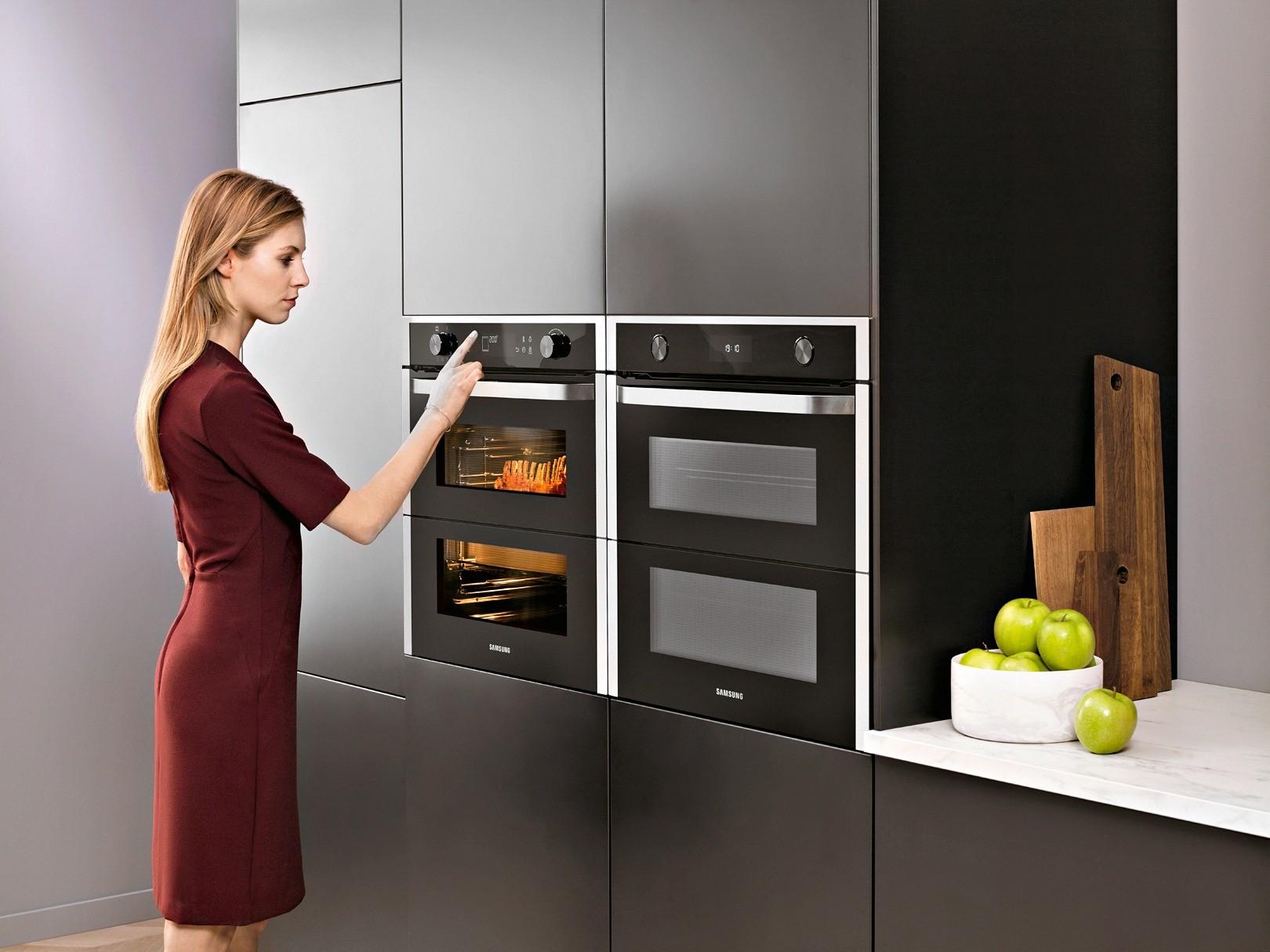 Духовой шкаф Samsung серии Dual Cook с фирменной двустворчатой дверцей