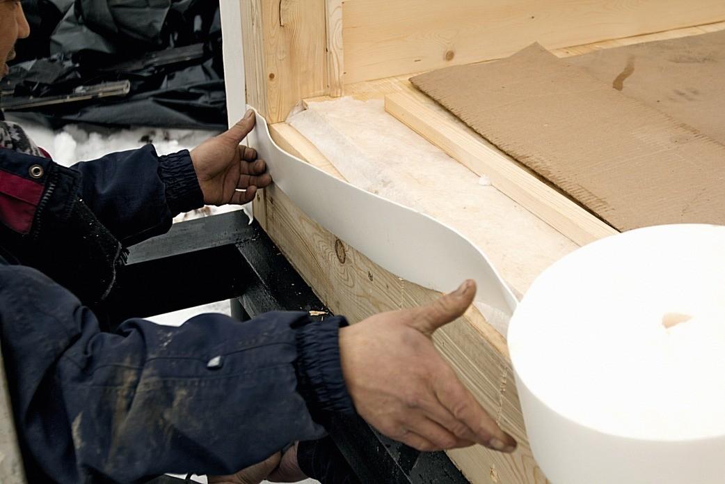При сборке дома к стыкуемым поверхностям крепят уплотнительную ленту изэластичного материала, например пенополиэтилена. Затем модули сплачивают и стягивают винтами