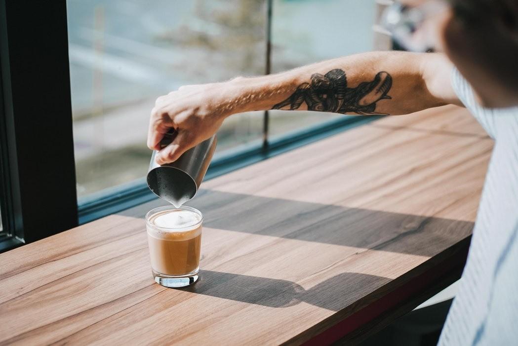 Не покупайте кофе в бумажных стаканчиках, их нельзя переработать. Пейте кофе в кофейнях или просите барменов перелить кофе в вашу переносную кружку.