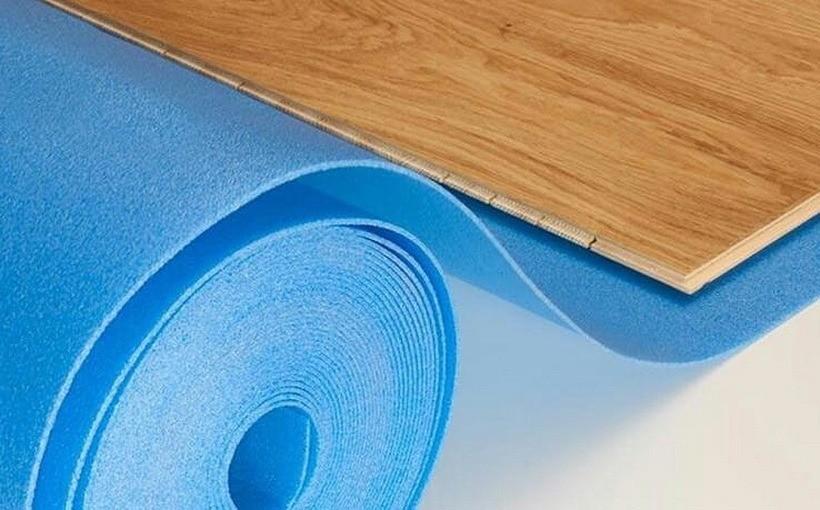 Какую подложку выбрать под ламинат: разновидности материала и особенности укладки