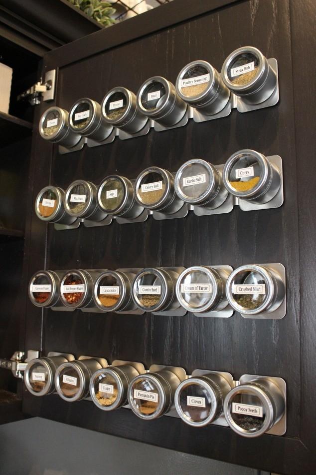 Баночки для специй на дверце шкафчика
