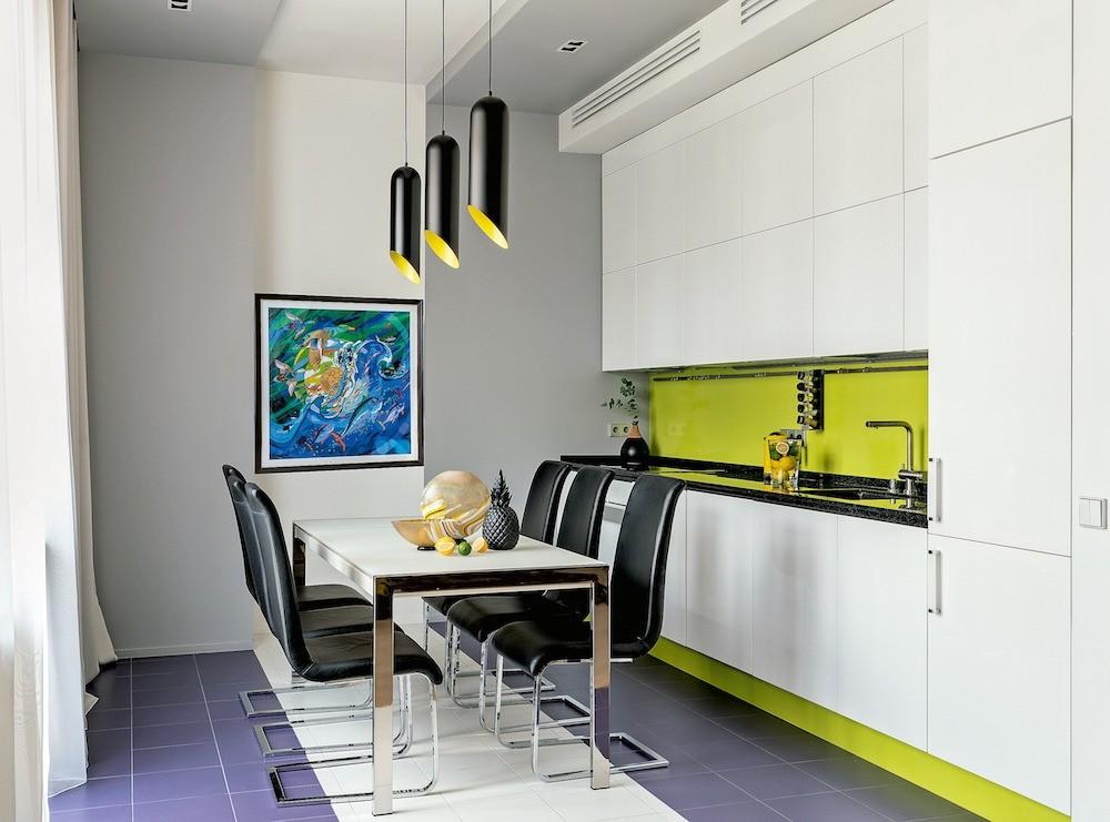 Кухонная зона лаконична, рабочая зона помещена внишу. Фартук и высокий цоколь кухонных модулей исполнен изцветного акрилового стекла. Композицию ниши на потолке истене выделили цветом,...