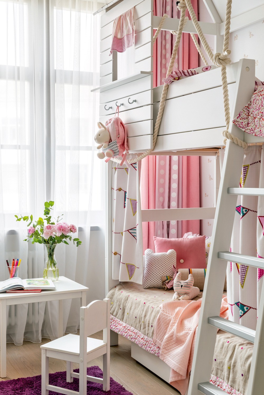 Игровое настроение в детской поддерживает разнообразный текстиль: любовно сшитое покрывало с кантом, разнообразные подизайну подушки и чехлы наних, занавески из нескольких тканей на окн...