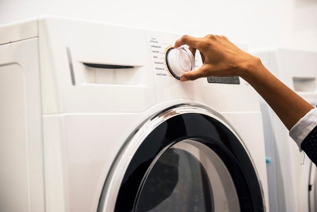 Запустите промывку стиральной машины без вещей, чтобы избавиться от грязи в стоках