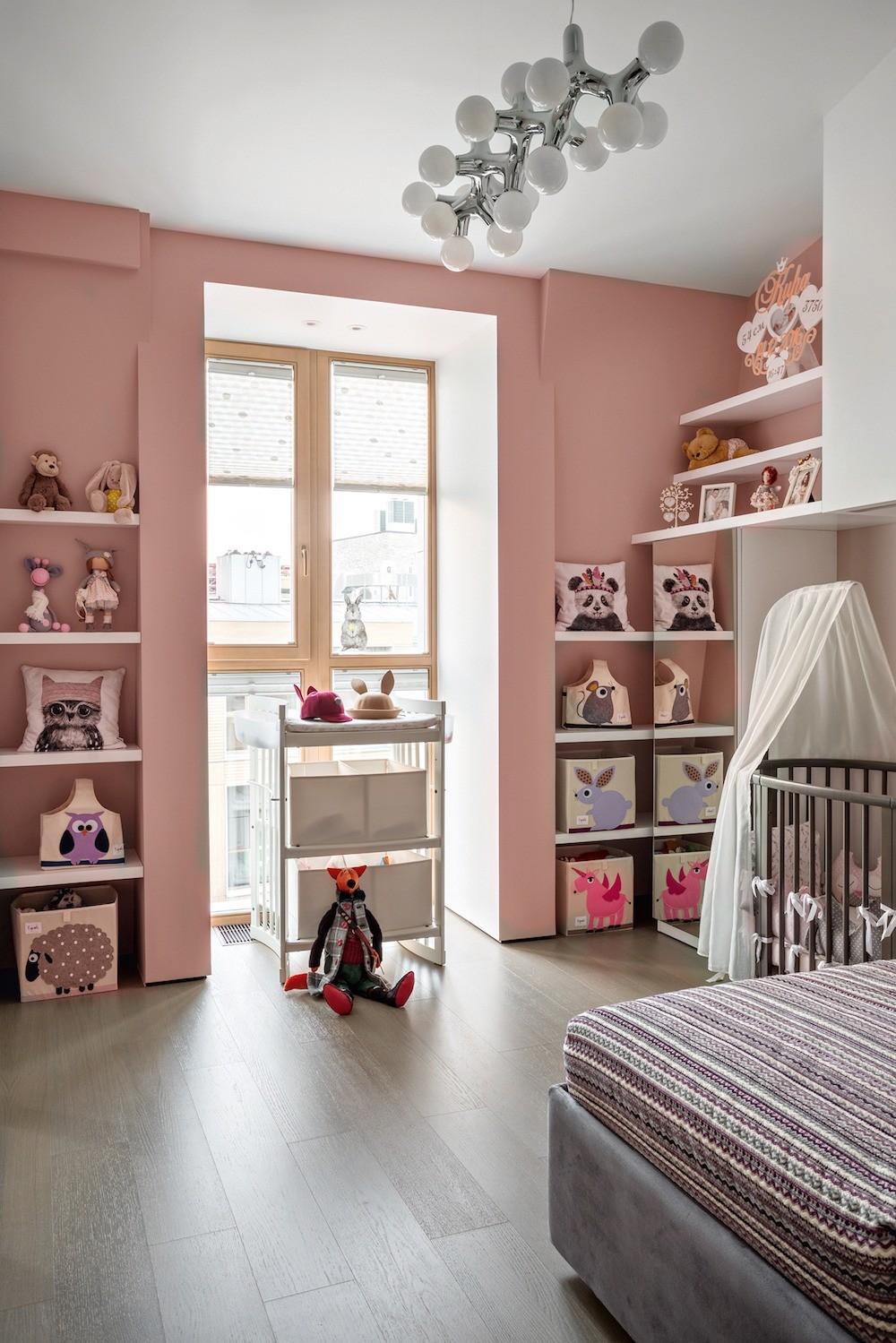 Детскую снабдили большим количеством открытых полок, исполненных по чертежам архитекторов: подрастая,  девочка будет расставлять здесь свои игрушки и поделки.