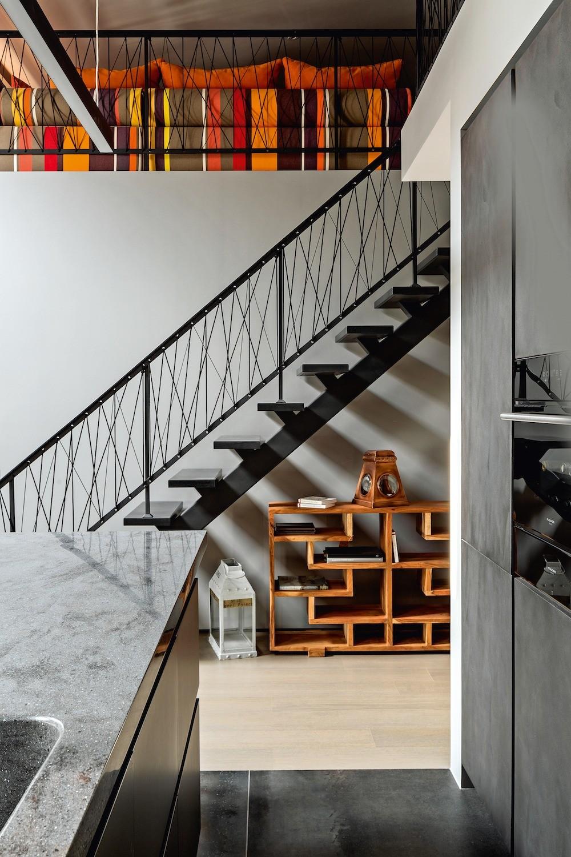 Трос, которым оформили ограждение галереи и лестницы, создаёт эффект прозрачности, нопри этом вносит  дополнительные штрихи в интерьерную графику. Его диагонали красиво оттеняют полосату...