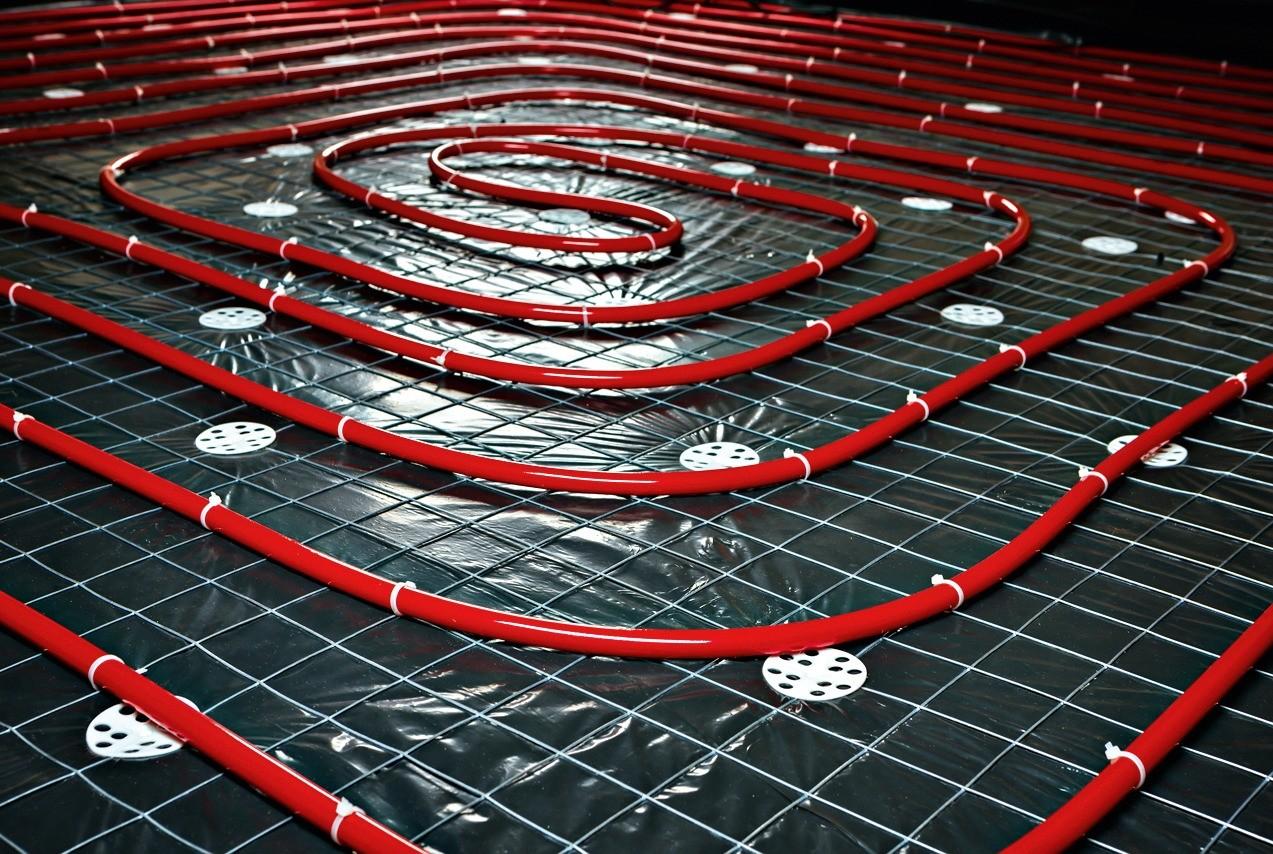 При монтаже на арматурную сетку последнюю приподнимают над уровнем пола на 2–3 см, чтобы арматурная сетка была полностью в стяжке